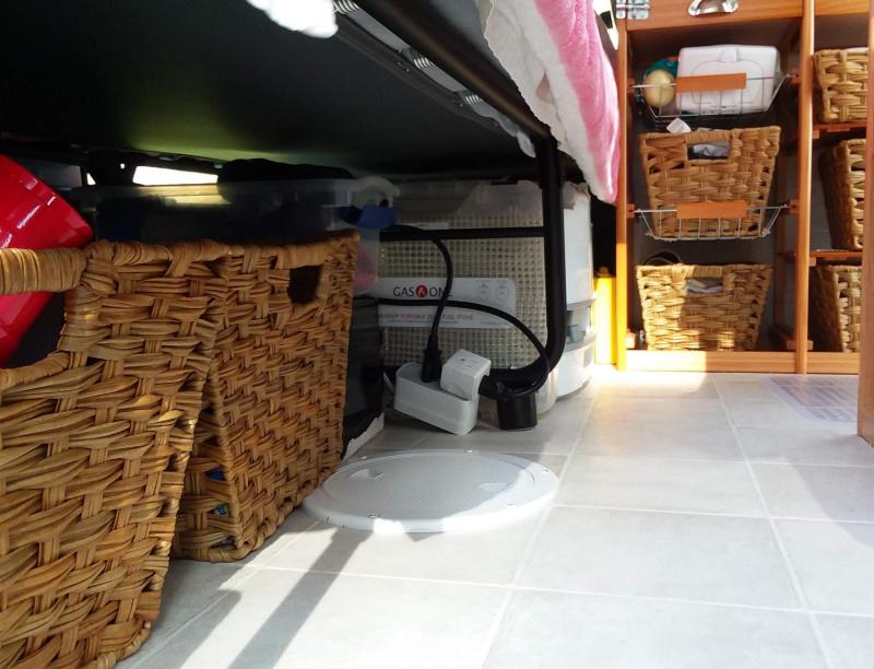 Deck plate in van floor for ventilation